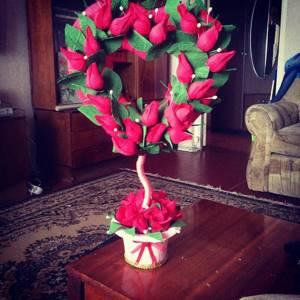 Чтобы придать помещению романтическую атмосферу, рекомендуется на видном месте поставить топиарий из цветов в форме сердца