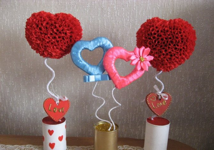 Изготовить топиарий-сердце своими руками можно из лент, органзы, искусственных цветов