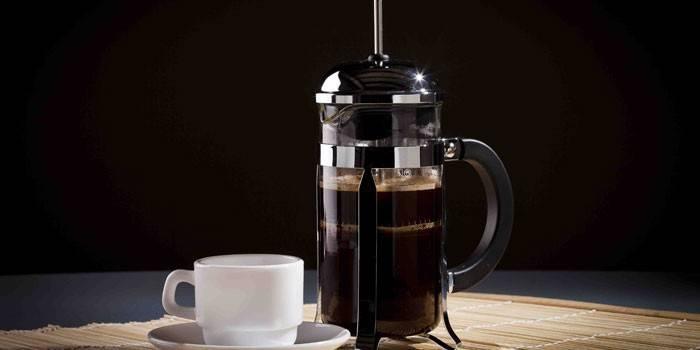 Кофе заваренный в френч-прессе и чашка