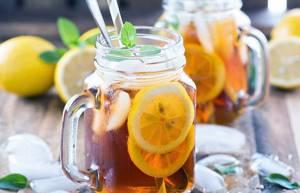 кружка чая с лимоном с кубиками льда