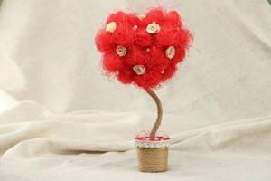 Сделать форму сердца очень просто при помощи клубков нитей. Лучше выбрать красный цвет, а разнообразить композицию можно при помощи миниатюрных белых роз