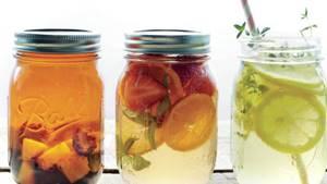 три кружки с чаем с добавлением различных фруктов